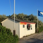 Blaue Flagge am Strand in Vitte