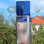 Stele des bestehenden Hiddensee Wegeleitsystems von 1999