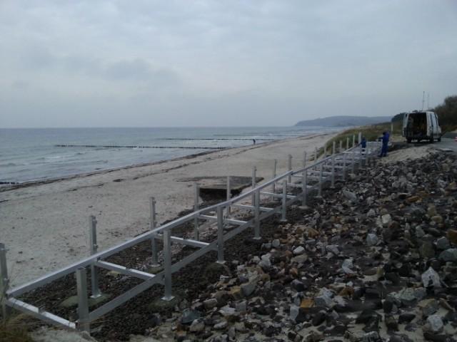 Die barrierefreie Rampe am Strand in Vitte auf Hiddensee wird montiert